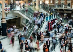 Las tiendas emplean a miles de personas más. El periodo de compras navideñas está acercándose.