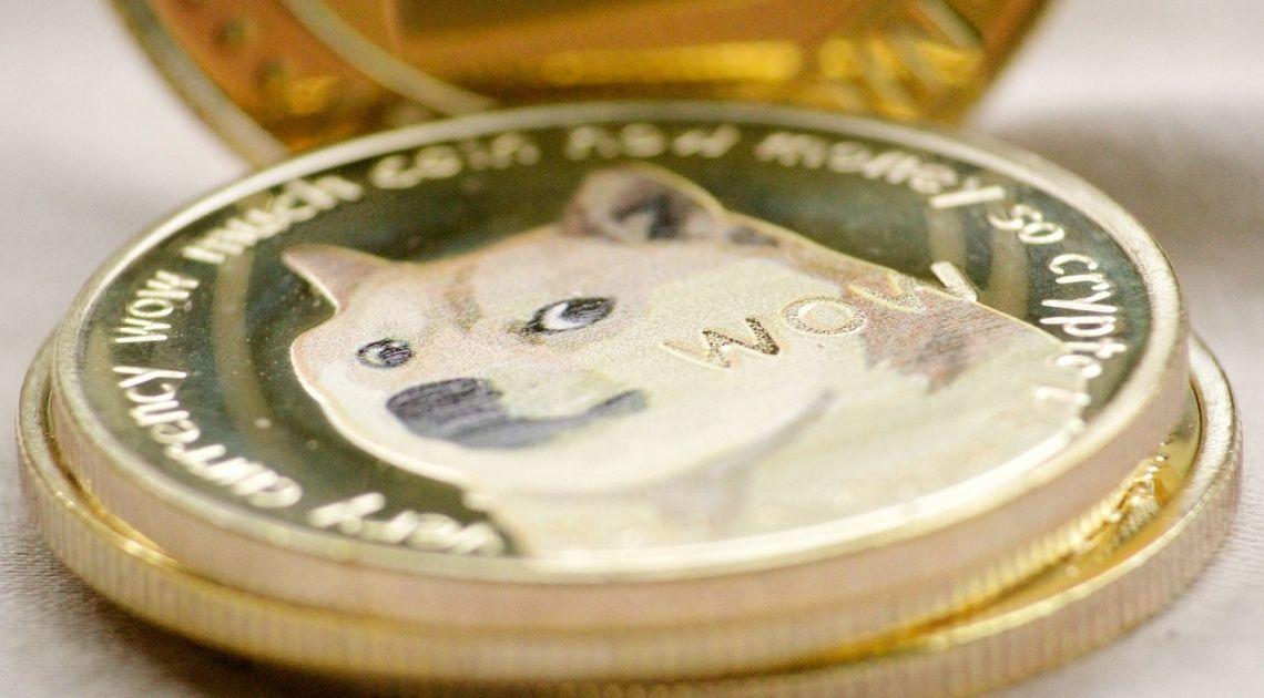 ¡Dogecoin nos sorprende comenzando el día al alza! Bitcoin se encuentra cerca de los 56.000 USD, Ethereum sigue moviéndose tranquilamente. Analizamos los pares BTCUS, ETHUSD y DOGEUSD