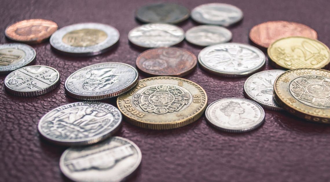 La cotización del peso chileno, peso colombiano y real brasileño contra el dólar estadounidense