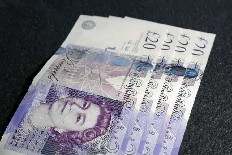 ¡Libra pierde su valor frente al dólar y euro!